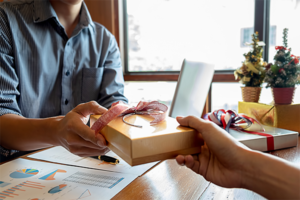 8 Corporate Gift Ideas for Your Clients and Employees in 2021